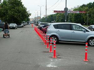 Тротуар на Центральном проспекте разделили столбиками
