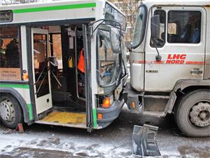 На улице Юности грузовик переехал ногу подростку и врезался в автобус