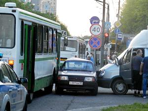 У «Электрона» легковушку зажало между автобусом и грузовиком
