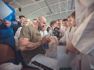 Сергей Бадюк наградил зеленоградских каратистов